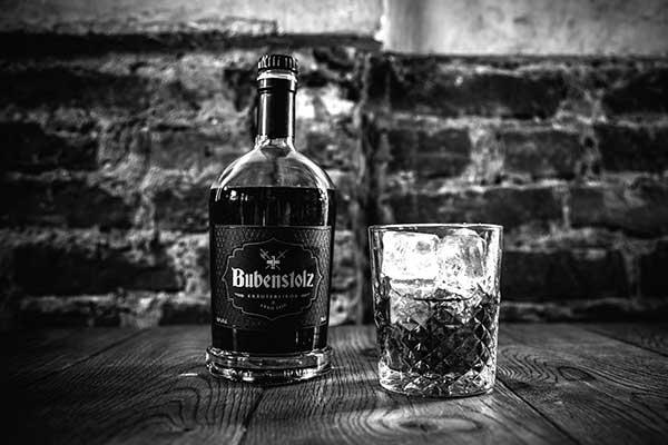 Imagefoto Bubenstolzflasche mit einem gefüllten Glas on the rocks