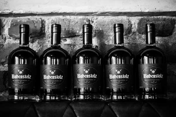 Bubenstolz 5 Flaschen abgebildet in Schwarz Weiß Optik, liegend